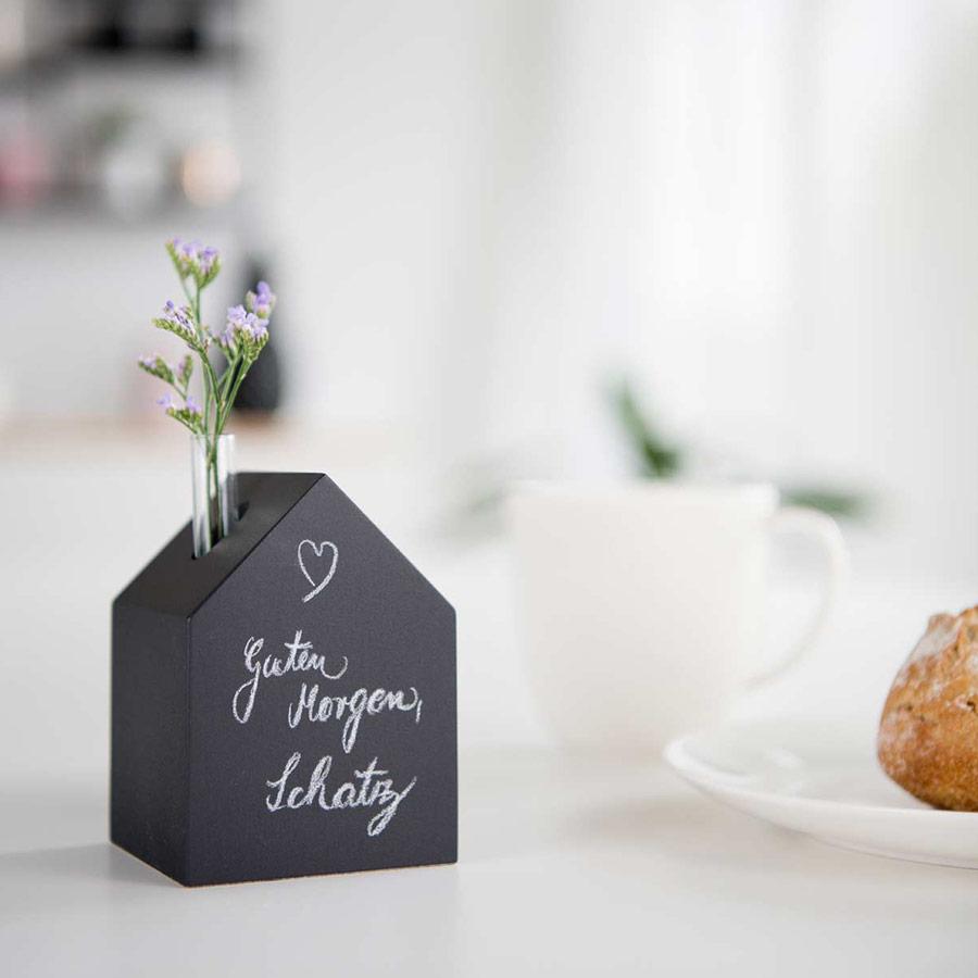 Deko Holzhäuschen schwarz - beschreibbar - mit Vase
