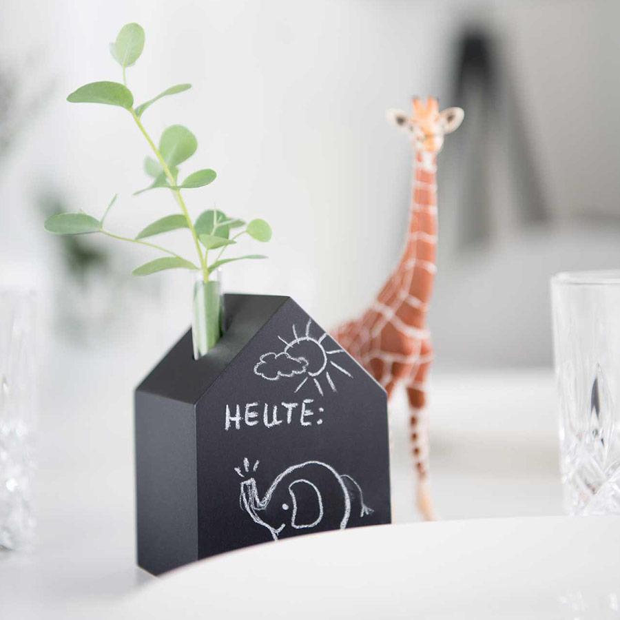 Deko Holzhaus schwarz - Tafellack - mit Vase