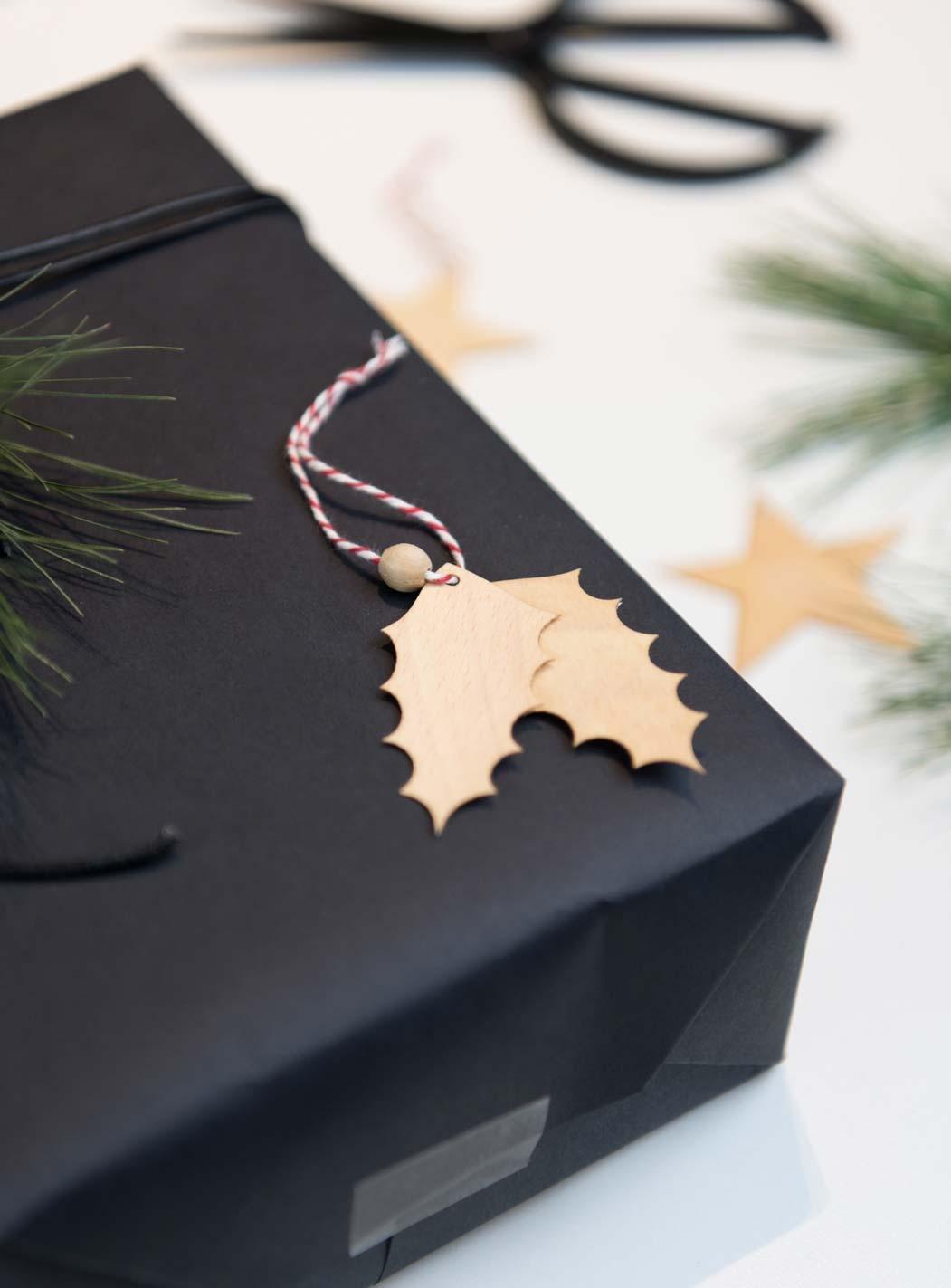 Geschenke verpacken - Anhänger aus Holz - Stechpalme
