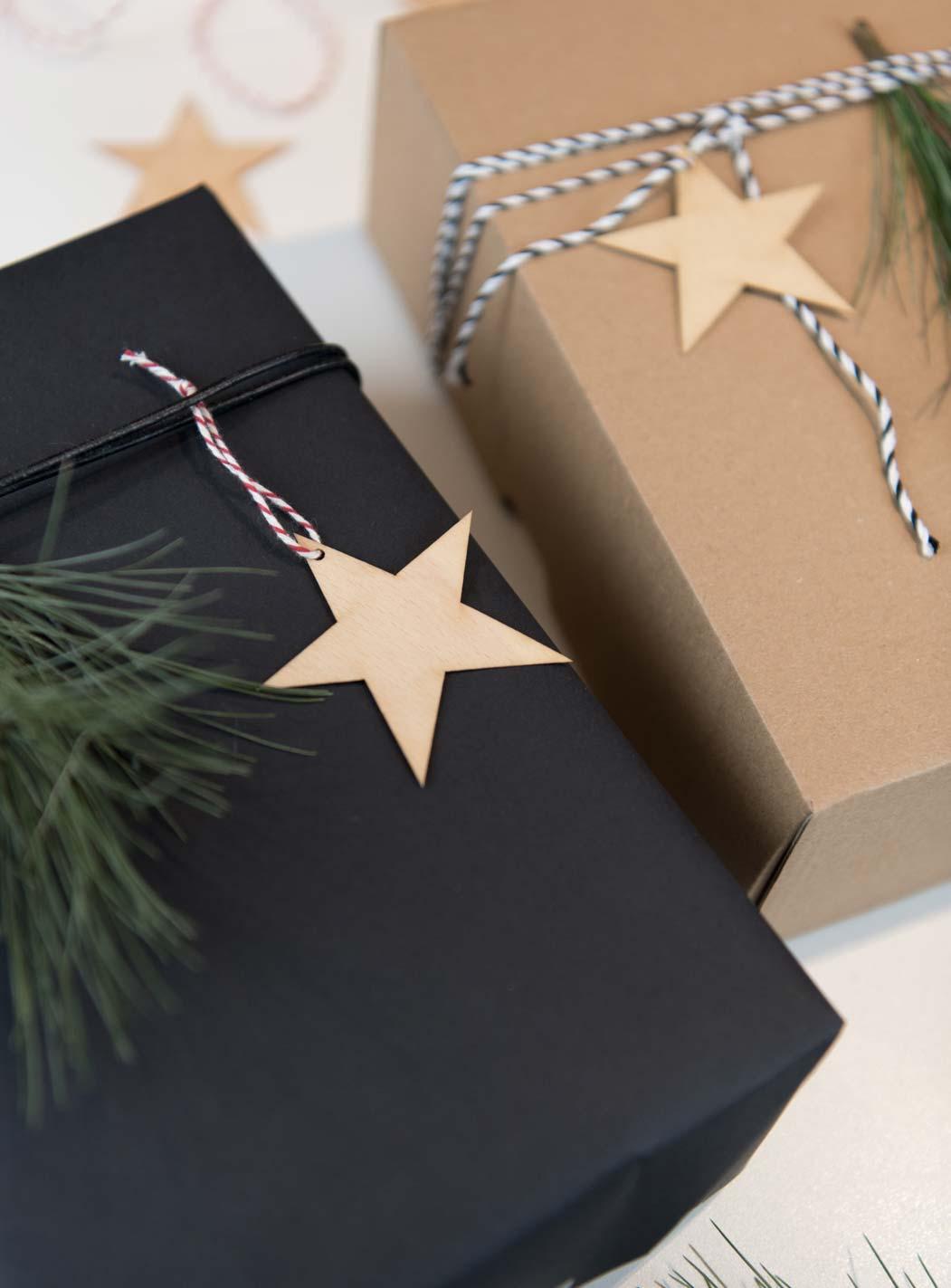 Geschenke verpacken mit schwarzem Geschenkpapier
