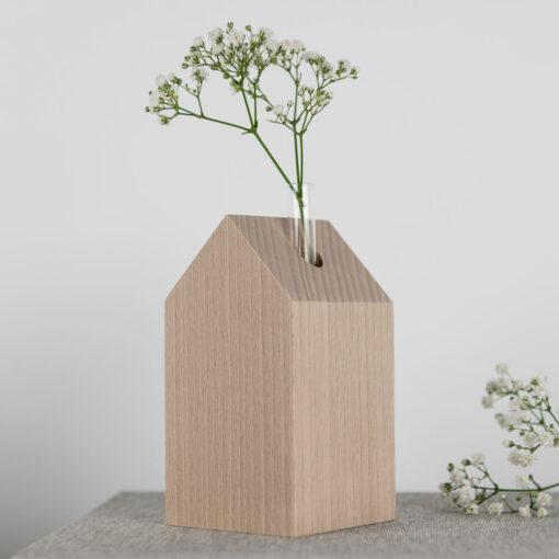 Dekohaus aus Holz mit Vase